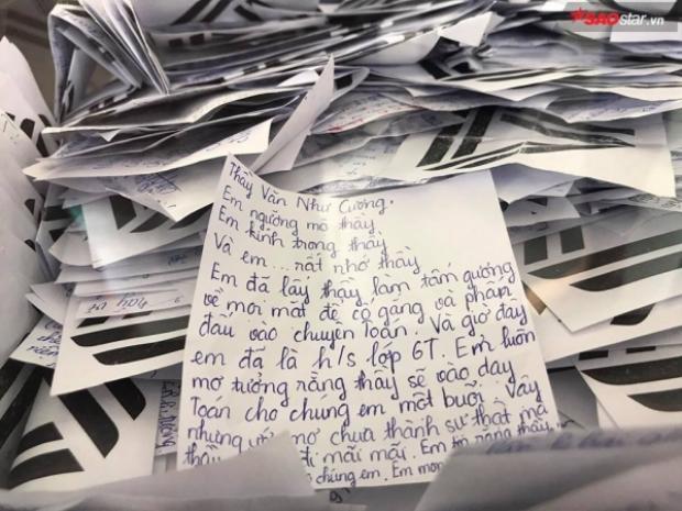 Những lời chia tay xúc động được HS Lương Thế Vinh ghi lại vào mảnh giấy nhỏ, lưu trong hòm kỉ niệm.