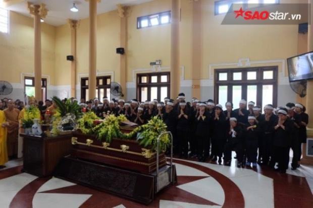 Gia đình làm lễ lần cuối, tiễn đưa thầy Văn Như Cương.