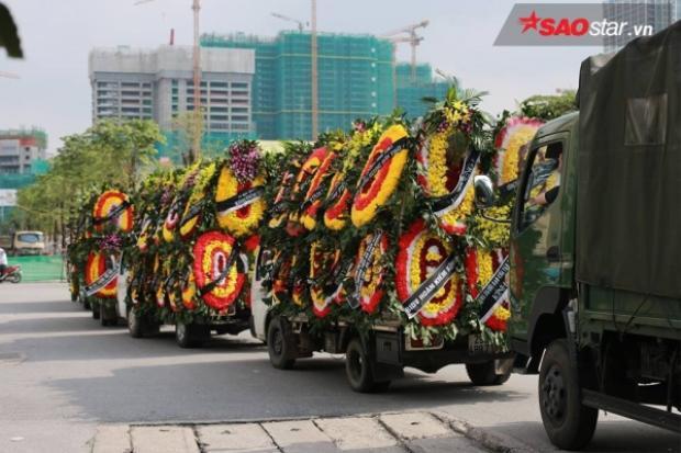 Đoàn xe đưa linh cữu đi vòng qua trường rồi tiếp tục di chuyển về cơ sở Tân Triều.