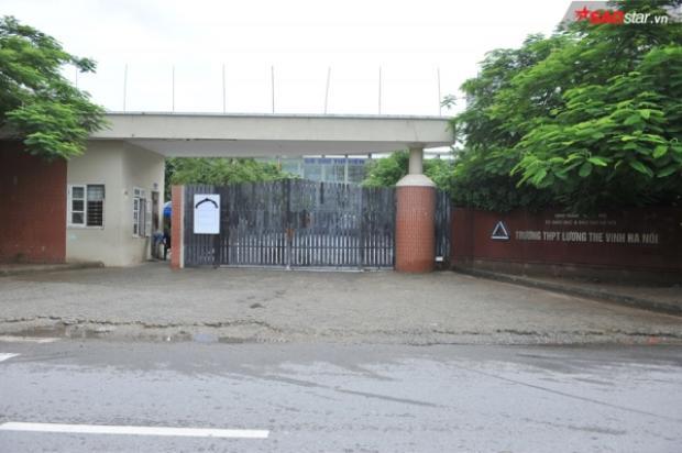 Ở trường Lương Thế Vinh cơ sở Nam Trung Yên cổng trường đóng chặt. Phía ngoài có dán cáo phó.