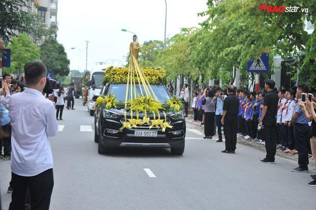 Xe đưa linh cữu tiến vào trường Lương Thế Vinh cơ sở Tân Triều.