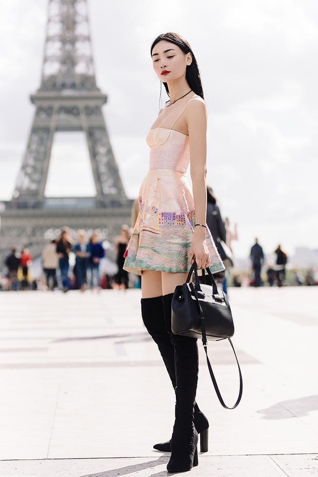"""Bộ cánh đã giúp Thùy Trang lọt vào """"mắt xanh"""" của Women Management, khi bắt gặp cô đang dạo bước trên đường phố Paris. Chân dài cho biết họ đã nói chuyện với cô về mong muốn tìm được một gương mặt mẫu thuần Châu Á, và may mắn thay nhờ chính bộ trang phục đặc biệt gợi cảm mà Thùy Trang diện khi đó, cô đã được người đại diện tuyển chọn."""