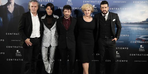Đạo diễn Oriol Paulo (giữa) cùng dàn diễn viên của mình.