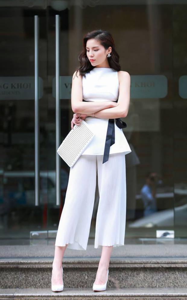 HLV The Look diện cả bộ đồ tông xuyệt tông màu trắng nhã nhặn. Quần clutch là xu hướng hot trong năm nay, đang được nhiều mỹ nhân Việt ưa chuộng.