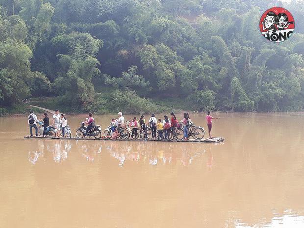 Cảnh người dân đi lại bằng cáp và xuồng gỗ chênh vênh. Nguồn Hóng.