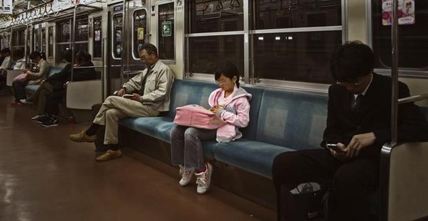 Cúi đầu cám ơn khi được ô tô nhường đường, học sinh Nhật Bản khiến cả thế giới hổ thẹn