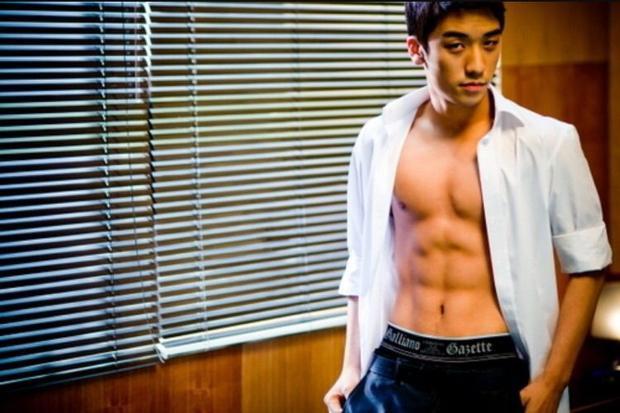 """Cậu em nhỏ tuổi nhất BigBang bỗng thay đổi thành """"mỹ nam 6 múi"""" nam tính trong lần trở lại năm 2008."""