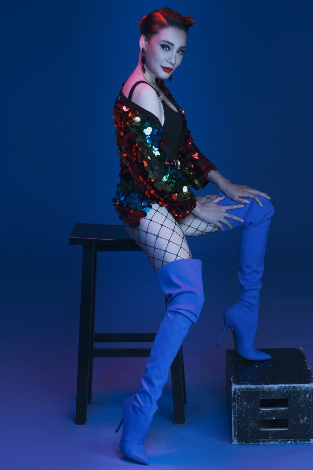 Sau nhiều bản ballad buồn với hình ảnh nữ tính, cô ca sĩ đất Quảng quyết định lột xác, trở nên mạnh mẽ hơn.