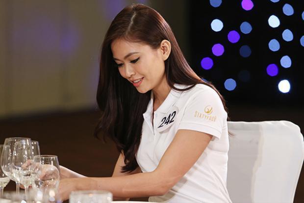 Cô khá tự tin bước vào các thử thách sử dụng dao, nĩa trên bàn tiệc của BTC cuộc thi.