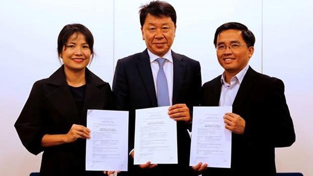HLV Chung Hae Seong (phải) và HLV tuyển Việt Nam - HLV Park Hang-seo (trái) từng là trợ lý của HLV Guus Hiddink.