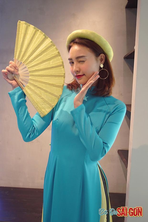Ninh Dương Lan Ngọc với áo dài màu xanh biển.