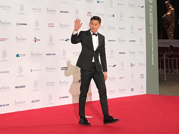 Isaac tại thảm đỏ LHP Busan 2016.