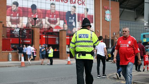 Cảnh sát Liverpool đang cảnh giữ trước sân Anfield.