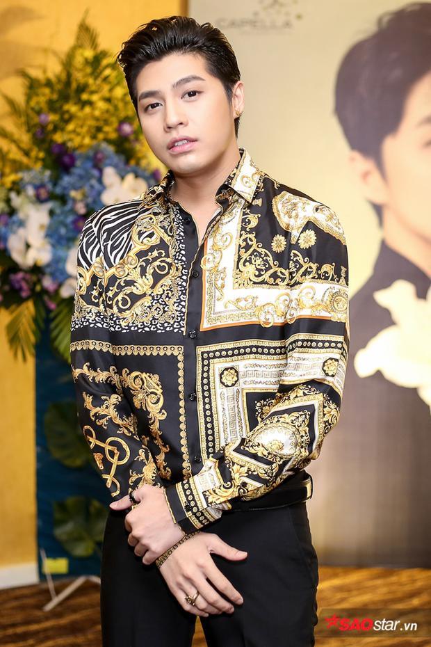 Xuất hiện trong họp báo giới thiệu MV mới chiều 12/10, Noo Phước Thịnh cực điển trai khi diện sơ mi cùng quần tây lịch lãm.