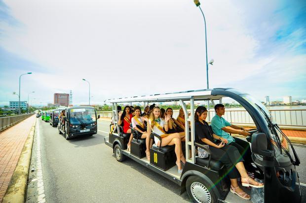 Ngày 12/10, dàn thí sinh của cuộc thi Miss Grand International 2017 có chuyến tham quan đường phố Quảng Bình bằng xe điện.