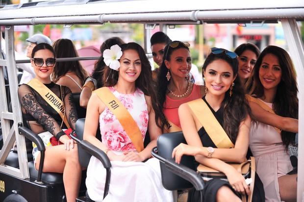 Người dân Quảng Bình xếp hàng dài theo dõi dàn người đẹp Miss Grand International 2017