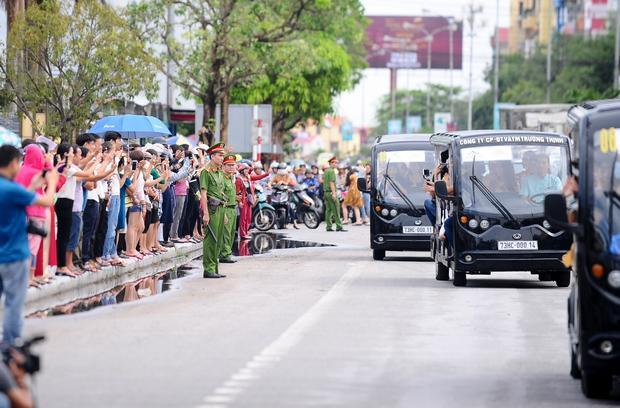 """Nhiều người dân cũng tranh thủ dùng điện thoại ghi lại những khoảnh khắc đẹp của dàn thí sinh """"Miss Grand International 2017""""."""