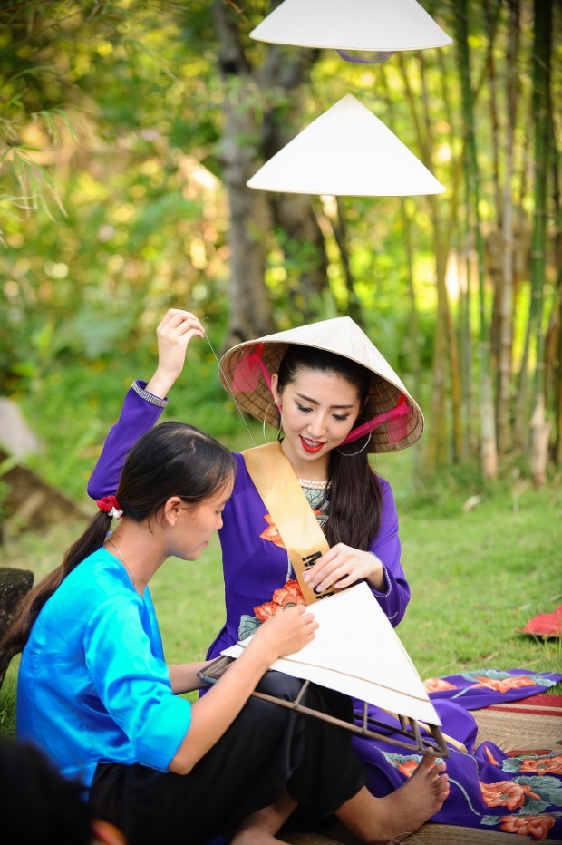 Chính vì thế, khi Miss Grand International 2017 tổ chức ở Việt Nam, BTC đã mang đến cho các người đẹp trải nghiệm tuyệt với khi được tự mình làm ra những chiếc nón lá với sự hỗ trợ của loạt nghệ nhân nổi tiếng tại Quảng Bình.