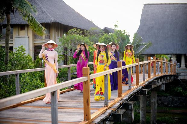 Dàn người đẹp vô cùng duyên dáng trong tà áo dài truyền thống của Việt Nam.