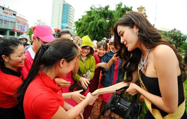 …mà còn nhiệt tình bắt tay với họ. Hình ảnh đẹp của Á hậu Việt Nam 2014 nhanh chóng để lại cảm tình trong mắt người hâm mộ.