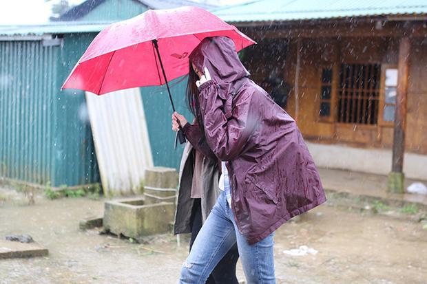 Hoa hậu Đỗ Mỹ Linh trong mưa lũ khi thực hiện dự án nhân ái tại Yên Bái.