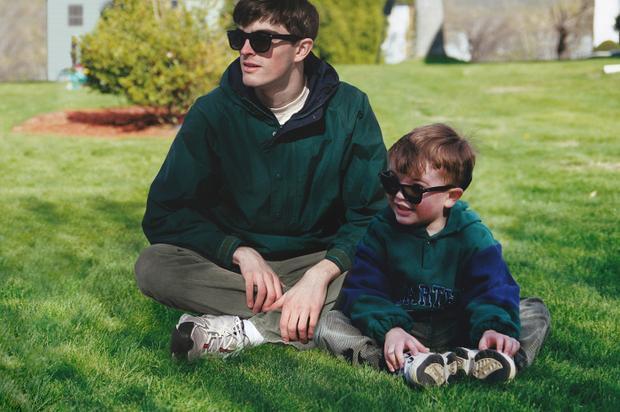 """Conor chia sẻ: """"Trong lúc lục lọi album ảnh gia đình, tôi thấy tôi lúc bé và tự hỏi sẽ như thế nào nếu tôi lúc lớn xuất hiện cạnh chú bé đấy. Thế là tôi lên kế hoạch, mua quần áo và đồ vật giống với những bức ảnh cũ, tự chụp ảnh mình rồi ghép vào""""."""