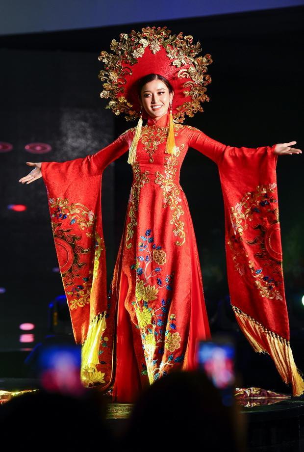 Đại diện Việt Nam duyên dáng với chiếc áo dài nặng hơn 30 kg bước ra sân khấu cùng tiếng reo hò không ngớt của khán giả. Cô tự tin trong từng bước đi và giữ thần thái quyền lực. Bộ cánh giúp đại diện Việt trở thành một trong những điểm sáng của phần thi.