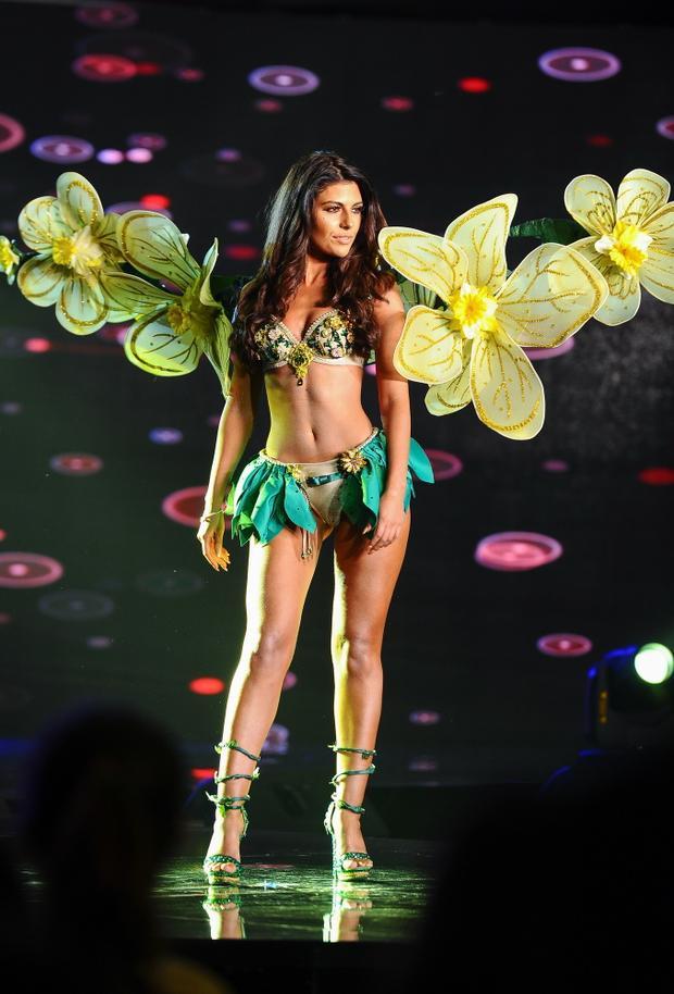 """Hoa hậu xứ Wales dính nghi án """"đạo nhái"""" với bộ cánh quyến rũ, giống đến 99% một mẫu thiết kế của Victoria's Secret từng được trình diễn trước đó."""
