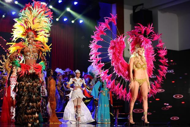 Những bộ bikini lộng lẫy phô diễn đường cong sexy không còn là chuyện lạ ở các cuộc thi sắc đẹp. Trong phần thi trang phục dân tộc, 80 thí sinh cũng đua nhau mặc đồ sexy, táo bạo.