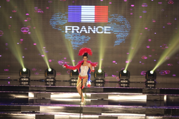 """Đại diện Pháp vui vẻ """"đùa nghịch"""" cùng áo corset và quần bikini """"tí hon""""."""