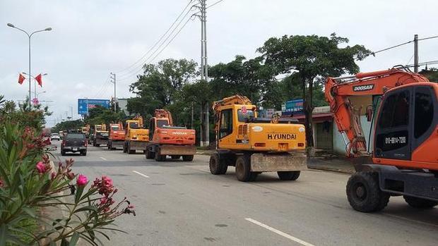 Dàn 20 máy xúc siêu khủng nối đuôi nhau lên đường đi rước dâu tại Sơn La.