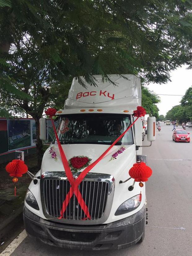 Xe đầu kéo được trang trí hoa cưới, nơ và ruy băng đỏ trông cực đáng yêu. Được biết, trị giá của dàn xe này lên đến 10 tỷ đồng (Ảnh: Linh Chi)