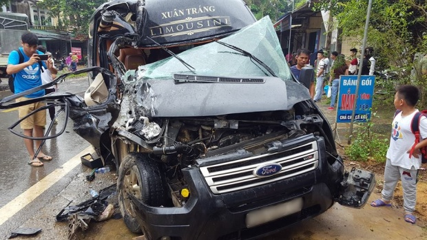 Dùng dây xích kéo bung cửa xe, cứu người phụ nữ mắc kẹt trong cabin sau tai nạn