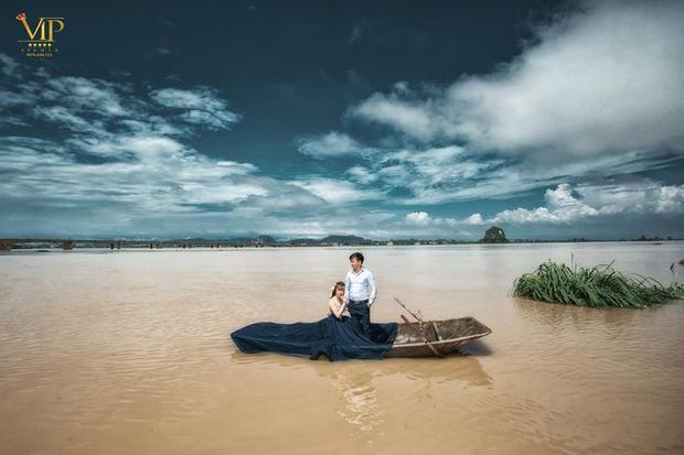 Mùa lũ nên người dân phải đi lại bằng thuyền.
