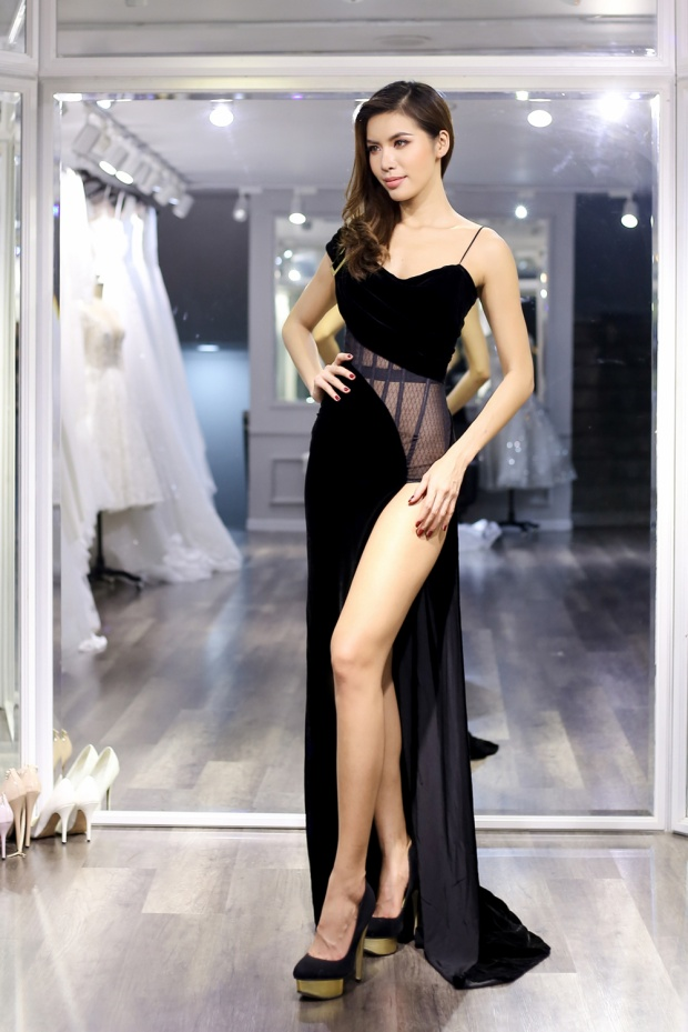 Chung Thanh Phong cho biết, điểm nhấn đặc biệt nhất của trang phục là chi tiết xuyên thấu phần eo váy.