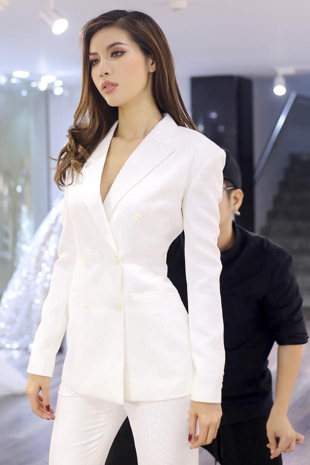 """Quá hiểu rõ """"nàng thơ"""" của mình, nhà thiết kế họ Chung đã thực hiện ngay hai bộ cánh đơn sắc nhưng mạnh mẽ và đậm chất nữ quyền. Đơn cử câytrắng mang phong cáchmenswear nhằm tôn thần thái người đẹp lên hết nấc."""