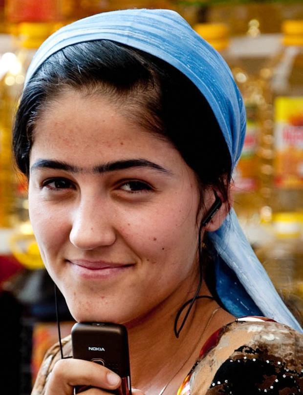Ở một số khu vựcTajikistan, lông mày nối liền nhau được coi là dấu hiệu của vẻ đẹp nữ giới. Nếu không có cặp lông mày tự nhiên như mong muốn, một cô gái có thể kẻ thêm đường màu đen giữa cặp lông mày. Người dân địa phương tin rằng một đôi lông mày liền là dấu hiệu một cuộc sống may mắn.