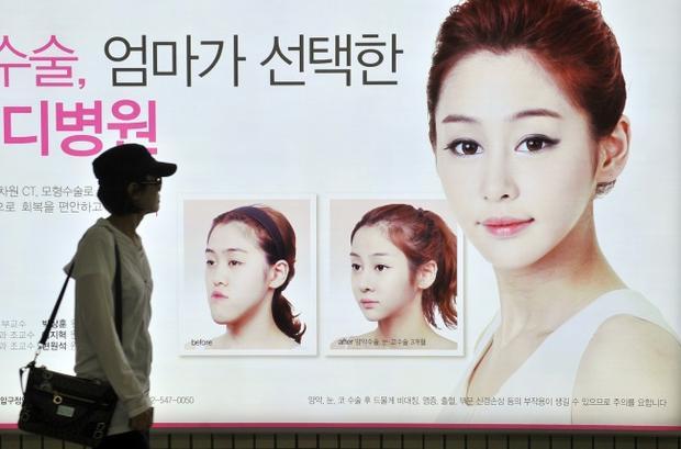 Phẩu thuật thẩm mỹ không chỉ phổ biến mà thậm chí còn được coi là hoàn toàn bình thường ở Hàn Quốc. Ở xứ sở kim chi, sở hữu một khuôn mặt hình trái tim được coi là yếu tố quan trọng để vẻ ngoài xinh đẹp, cuốn hút. Để có được nó, nhiều người phải qua ca phẫu thuật phức tạp, từ phá vỡ xương hàm thành ba phần, sau bó loại bỏ phần trung tâm và kết hợp hai phần còn lại để tạo chiếc cằm nhọn. Sau đó, các góc cằm mới sẽ được làm mềm. Một thời gian dài sau phẫu thuật, các cô gái thường không thể ăn được.