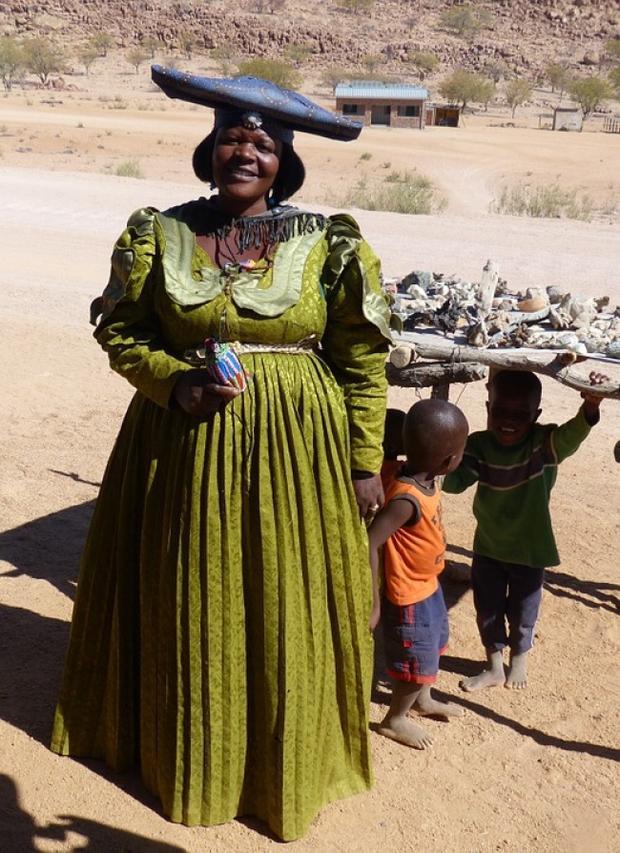 """Phụ nữ Mauritania không có cơ hội thu thú ánh nhìn từ người khác giới nếu họ không có các nếp gấp mỡ ở bụng. Để các cô gái có cân nặng như ý muốn, nhiều phụ huynh đưa con tới những """"trang trại"""" đặc biệt, nơi họ có thể ăn đến 16.000 calo mỗi ngày, cao hơn rất nhiều so với mức thông thường là 1.500. Không may, nhiều cô gái đã mắc bệnh về dạ dày vì thói quen ăn uống này."""