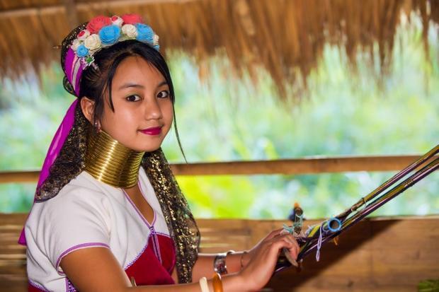 """""""Vùng đất của những phụ nữ hươu cao cổ"""" là cụm từ để nói về khu vực phía đông Myanmar. Ở khu vựuc này, phụ nữ người Kayan thường đeo nhiều chiếc vòng đồng quanh cổ với quan niệm rằng, cổ càng dài thì họ càng đẹp. Có truyền thuyết cho rằng phương pháp làm đẹp này bảo vệ họ trước mối đe doạ của loài hộ, dù trên thực tế đây chỉ là cách để thể hiện bản sắc bộ tộc."""