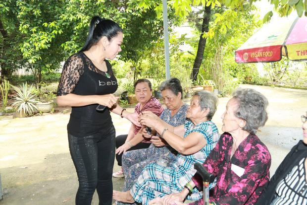 Ngày 13/10, nghệ sĩ Cải lương Ngọc Huyền có chuyến từ thiện tại Viện dưỡng lão nghệ sĩ và chùa Kỳ Quang 2 ngay khi trở lại quê nhà.