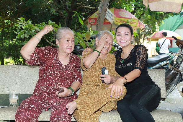 Nghệ sĩ Ngọc Huyền vui vẻ chụp ảnh cùng các nghệ sĩ lớn tuổi tại Viện dưỡng lão.