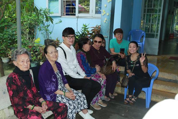 Nữ nghệ sĩ cùng mẹ ruột, em họ và diễn viên điện ảnh Hòa Hiệp đến thăm hỏi, trao quà cho các nghệ sĩ neo đơn tại Viện dưỡng lão nghệ sĩ TP.HCM và chùa Kỳ Quang 2 - nơi nuôi dưỡng trẻ em mồ côi khuyết tật.