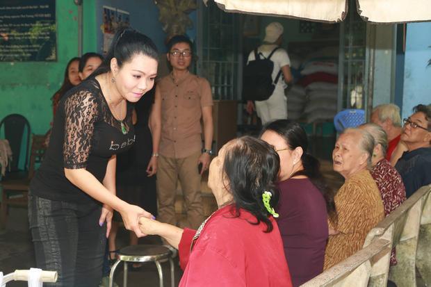 Tại đây, chị trao tặng cho Viện dưỡng lão nghệ sĩ một số tiền nhỏ cùng 30 phần quà. Bên cạnh đó, nữ nghệ sĩ tài năng của sân khấu Cải lương cũng trích riêng 4 triệu đồng tặng cho nghệ sĩ Hùng Minh.