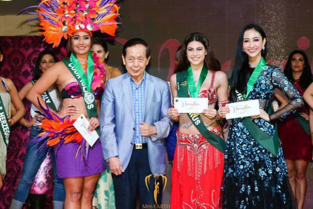 """Tuy có phần """"lép vế"""" hơn so với các đàn chị trong nước khi diện bộ đầm này, tuy nhiên có thể thấy Đại diện Việt Nam vẫn vô cùng nổi bật khi """"so kè"""" với các nhan sắc khác tại cuộc thi. Hà Thu được chuyên trang sắc đẹpMissosologyxếp vào nhóm thí sinh hot cùng đại diện của Panama, Thái Lan, Hà Lan, Venezuela, Mỹ, Puerto Rico…"""