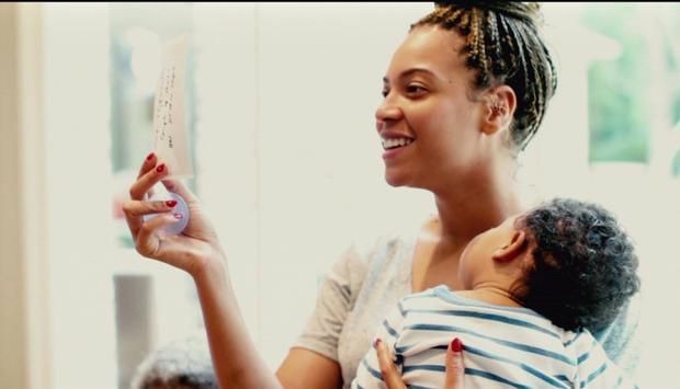 Beyoncé đằm thắm và dịu dàng trong vai trò một người mẹ cùng bé Blue-Ivy Carter