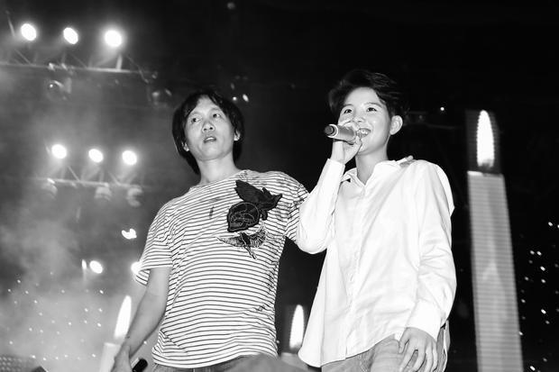 Tổng đạo diễn Hữu Thanh luôn sát cánh bên nữ ca sĩ.