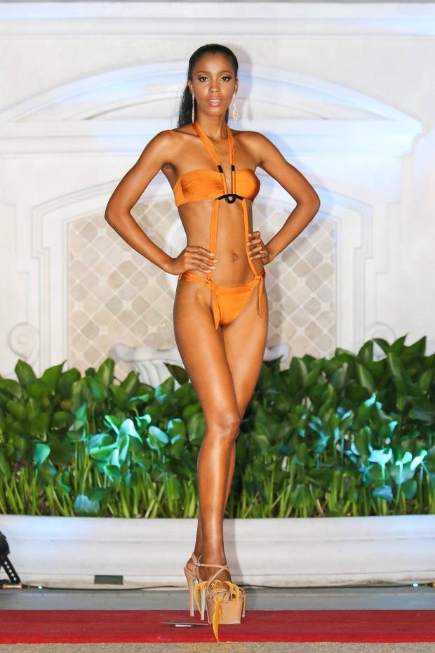 """Tuy sở hữu đôi chân thẳng tắp, nhưng cách lựa chọn mẫu áo bikini cúp ngực này khiến vòng một của người đẹp Angola như """"mất tích""""."""