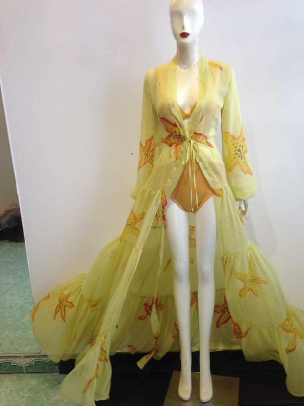 Trang phục màu vàng với điểm nhấn là họa tiết sao biển mà Hà Thu diện trong phần thi này do NTK Minh Tú cùng stylist Khun Chai lên ý tưởng và thực hiện.
