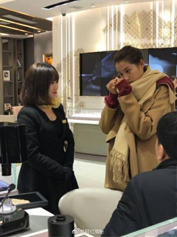 Vừa công khai hẹn hò, Luhan và Quan Hiểu Đồng đã bí mật đi mua nhẫn cưới?